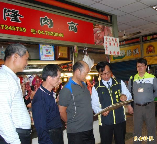 彰化市長林世賢(右2)拿著自製解說牌,向攤商宣導。(記者林良哲攝)