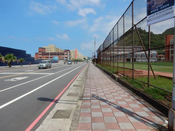 基隆北寧路人行道也改善平整。(基隆市政府工務處提供)