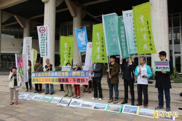多個公民環保團體今天到縣府抗議,抨擊縣府依法不作為。(記者張聰秋攝)