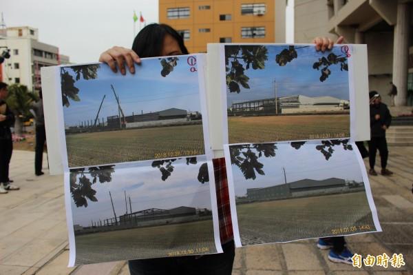 抗議團體手拿工廠興建正和完工後的外觀變化。(記者張聰秋攝)