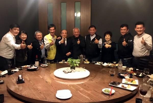 王金平(左五)上周六到台南与无党联盟议员餐叙。(记者蔡文居翻摄)