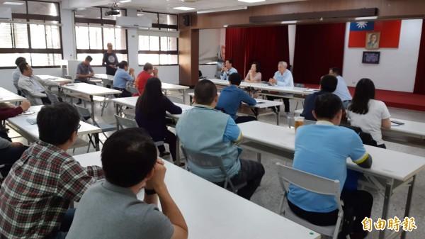 縣府各單位在台東市公所討論元宵遶境秩序維護,卻輪番端法令道難處。(記者黃明堂攝)