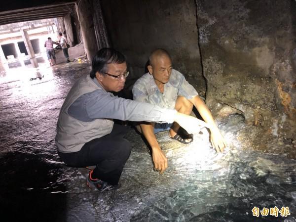 舊城文化協會理事長郭吉清(左起)、當地耆老找到出泉口。(記者黃旭磊攝)