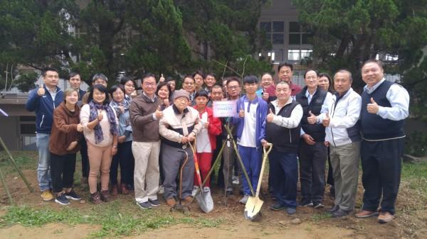慶祝鑽石婚,9旬校友吳忠鏜(前排左四)捐10萬及贈60株櫻花樹苗回饋湖農。(校方提供)