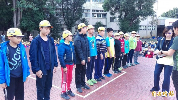 小4的吳京樺(左三)在高年級選手隊伍中顯得嬌小玲瓏。(記者廖淑玲攝)
