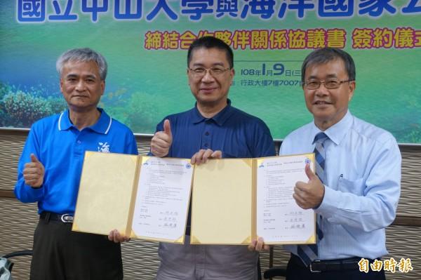 海洋國家公園管理處處長詹德樞(左)、中山大學校長鄭英耀(右)簽約促研究東沙。(記者黃旭磊攝)