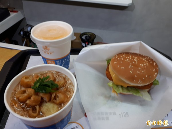 新竹市東門市場內的文青餐飲店「享噹初」推出麵線加漢堡的雙主食餐點,意外成為年輕人和上班族與親子都喜歡的餐飲新選擇。(記者洪美秀攝)