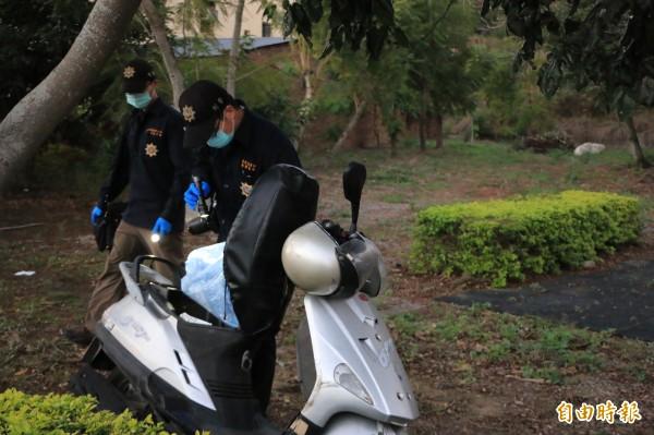 警方在案發現場查獲王男機車,立即蒐證。(記者鄭名翔攝)