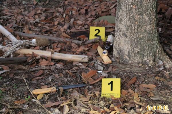 案發現場發現一把疑似自殘的刀子及空酒瓶。(記者鄭名翔攝)