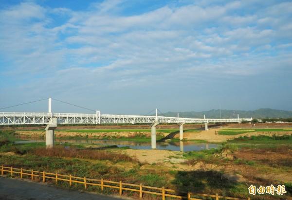 南投市浪漫情人橋的引道,以及斜張工法改善工程完工。(記者陳鳳麗攝)