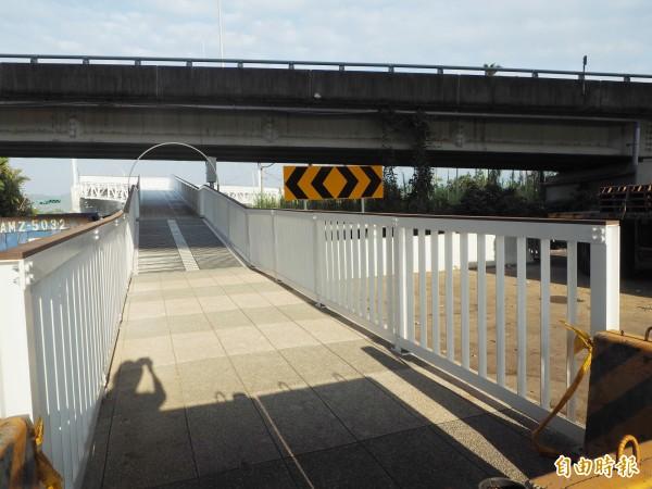 浪漫情人橋引道完工了,但配合光廊施工目前仍封閉。(記者陳鳳麗攝)
