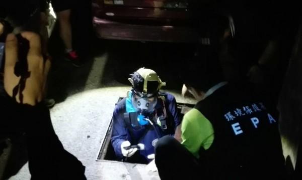 紙廠半夜偷排廢水,督察員戴著防毒面具進入水溝涵洞採樣。(記者陳冠備翻攝)