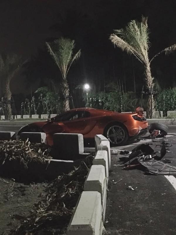 撞擊後的千萬跑車嚴重毀損。(圖由網友劉肇麟提供)