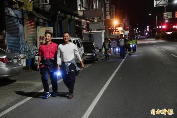 恆春藝人王中平(左)陪走出恆春。(記者蔡宗憲攝)