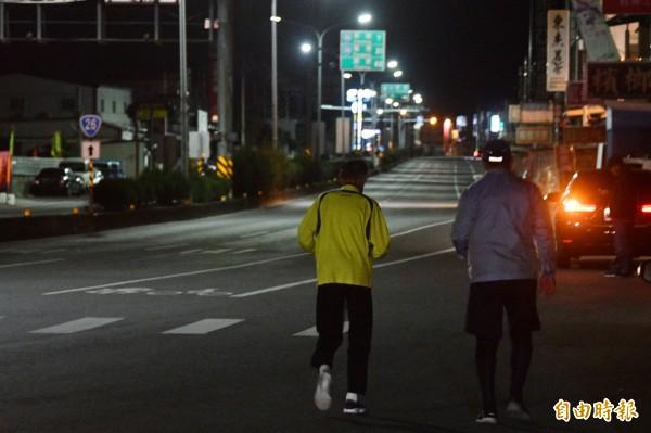 80歲恆春老里長邱榮欽(左),一路與61歲盧玉棟比肩而行。(記者蔡宗憲攝)