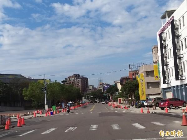竹北市光明一路人行步道改善工程由於管線遷移、下雨等因素,工期展延,市公所表示,已要求廠商趕工,儘量在月底前完成進度至少8成。(記者廖雪茹攝)