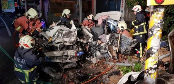 白色轎車被撞得扭曲變形,裡面的女駕駛彈飛出去當場死亡。(記者顏宏駿翻攝)