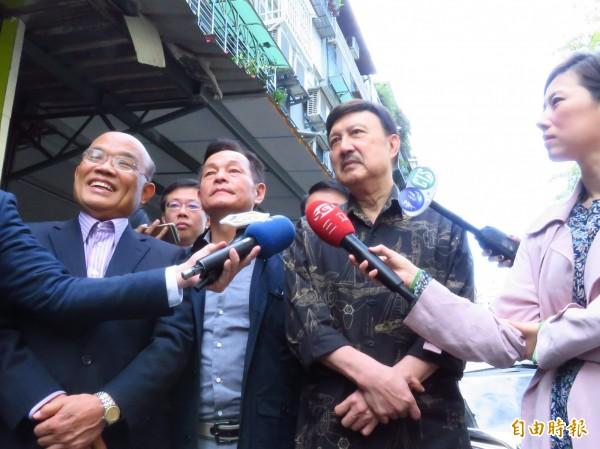 民進黨新北黨部主委余天(右)今天一早在前行政院長蘇貞昌(左)陪同下,向有意爭取補選的當地市議員李余典(中)致意。(記者陳心瑜攝)