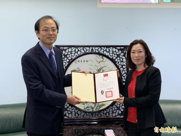 內政部科長唐根深(左)頒發當選證書給議長吳秀華。(記者張存薇攝)