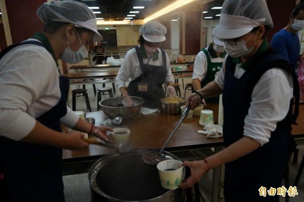 志工徹夜熬煮臘八粥。(記者林欣漢攝)