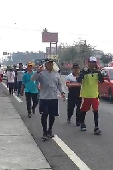 恆春鎮長盧玉棟(灰衣)10.5小時完成70公里苦行壯舉。(記者蔡宗憲翻攝)
