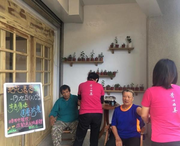 台東聖母醫院在東河照顧咖啡館每月提供一次芳療服務。(台東聖母醫院芳心好美館提供)