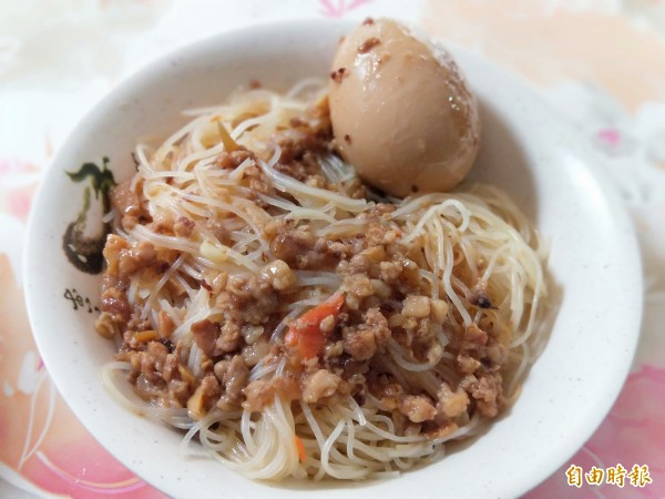 炒米粉加魯蛋,入口滑嫩、美味。(記者何玉華攝)