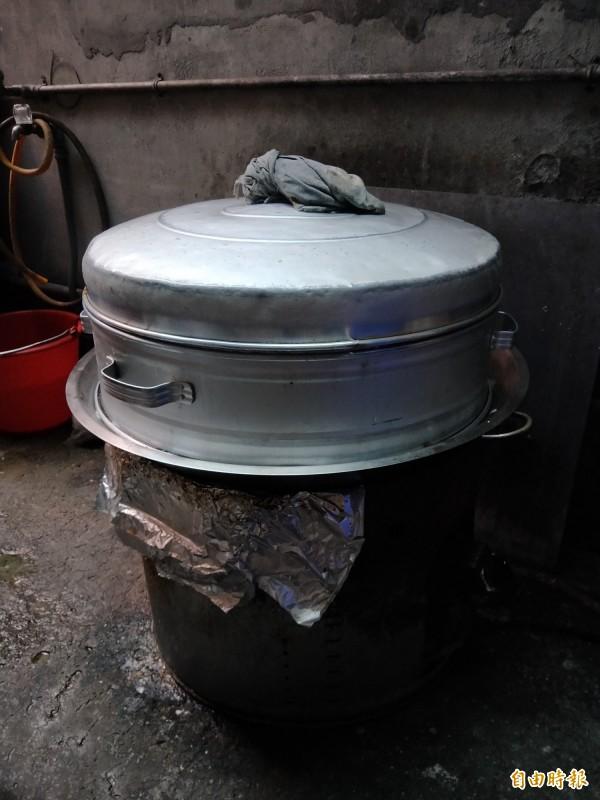 做碗粿的蒸籠也不可少。(記者何玉華攝)