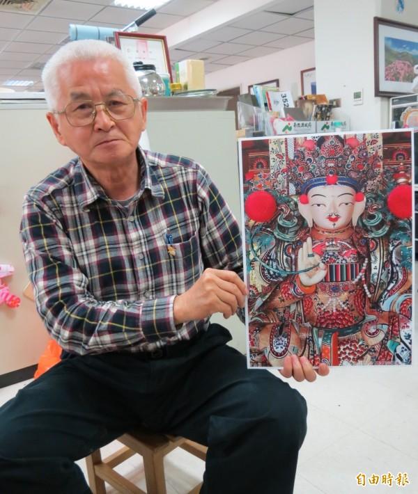 南投縣政府觀光處長王源鍾表示,以酥油塑形的佛像,如同藝術品。(記者張協昇攝)