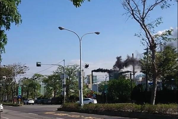 民眾拍下頭份工業區內的工廠排放出濃濃黑煙。(記者鄭名翔翻攝)