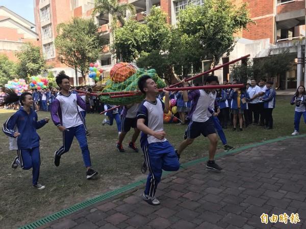 溪湖高中學生「抬青蕉」。(記者顏宏駿攝)