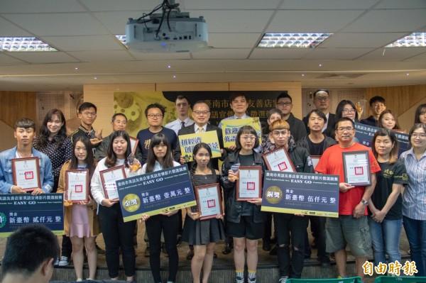 台南市府舉辦英語友善店家宣傳影片競賽,今天揭曉成績頒獎。(記者洪瑞琴攝)