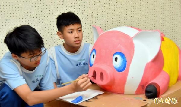 南投縣內學生配合南投燈會投入彩繪豬花燈創作情形。(記者謝介裕攝)