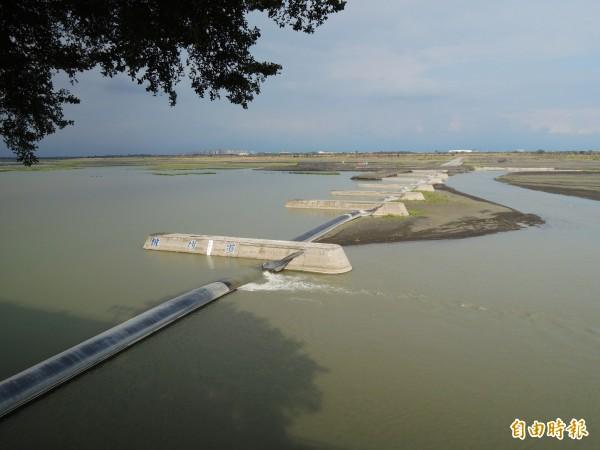高屏溪上游進行清淤作業,趕著供應大高雄春節前用水。(記者黃旭磊攝)