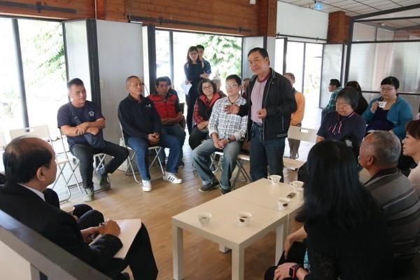 台南市農業局長李朝塘今天率團隊深入東山山區,與咖啡農民座談聽取產銷困境,未來由區公所主導的地方創生小組擔任整合窗口。(台南市農業局提供)
