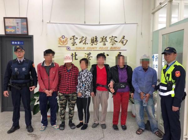 北港警方今天查獲5名逾期滯留越南人及1名逃逸越籍移工。(記者黃淑莉翻攝)