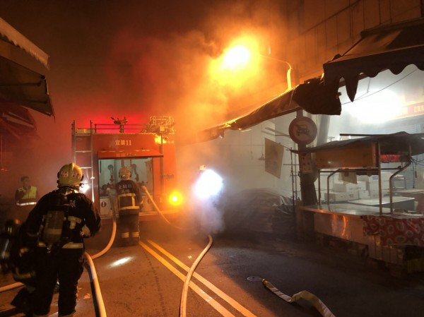 宜蘭南館市場今晚發生火警。(記者林敬倫翻攝)