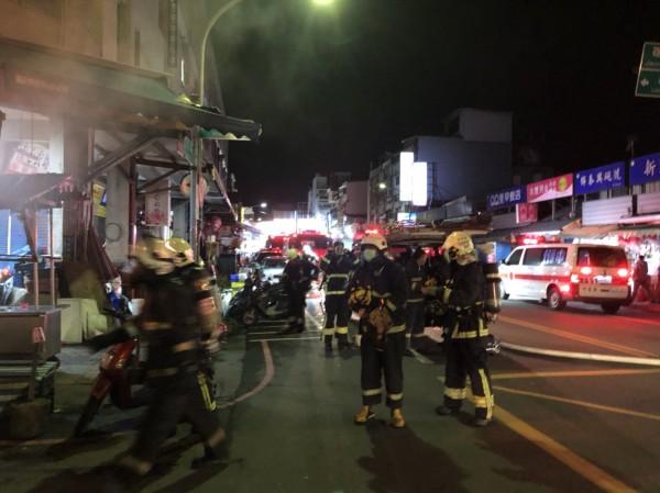 南館市場今晚發生火警,大批消防人員趕到現場搶救。(記者林敬倫翻攝)