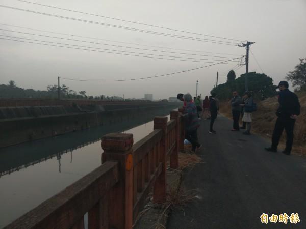 嘉義市下埤路53巷邊的排水溝今下午傳疑似有死豬,經打撈確認是狗屍體。(記者王善嬿攝)