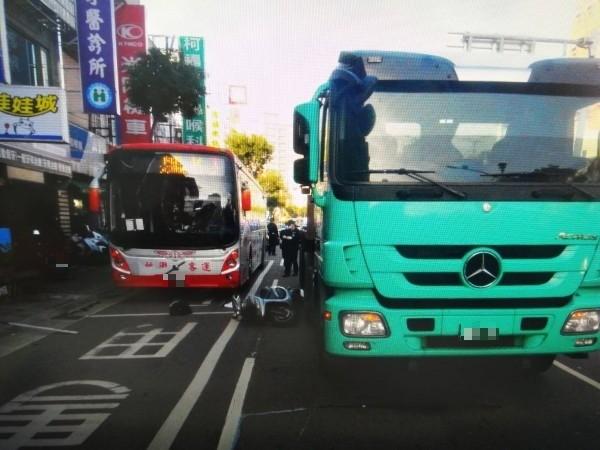 黃姓女子騎車碰撞曳引車、大客車,不幸死亡。(記者周敏鴻翻攝)