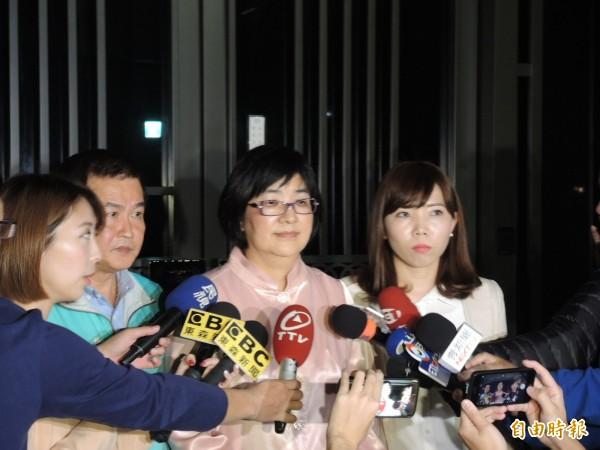 張錦麗(中)與張維倩(右)、羅文崇說明家長會議內容。(記者翁聿煌攝)