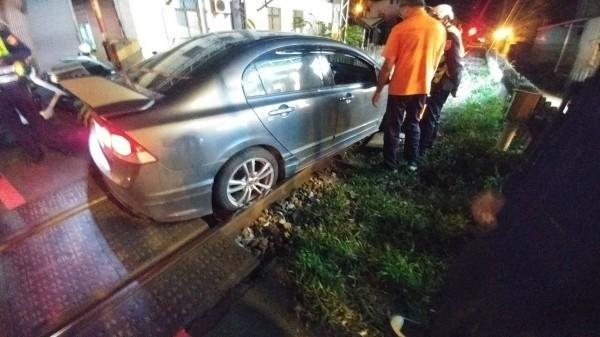 汽車「轉錯彎」,卡在花蓮市建國路平交道鐵軌上。(台鐵提供)