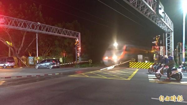 花蓮市建國路平交道今晚發生汽車轉錯彎卡在鐵軌上,已排除狀況恢復通行。(記者王錦義攝)
