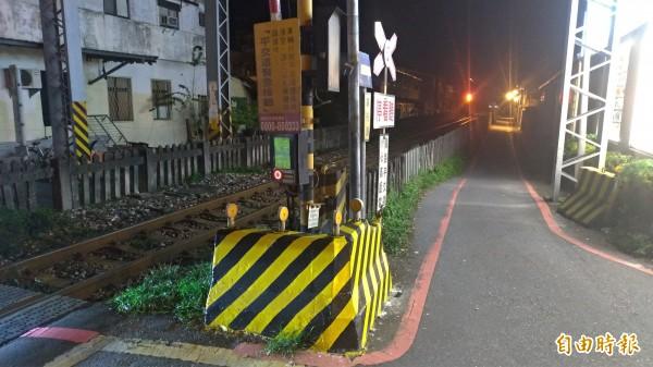 汽車駕駛稱「轉錯彎」,車子才會卡在花蓮市建國路平交道卡的鐵軌上。(記者王錦義攝)