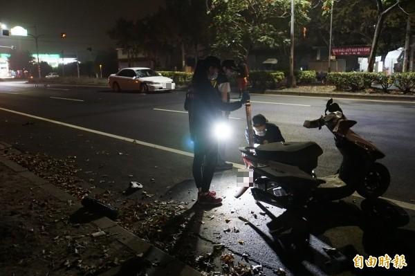 斗六晚上發生死亡車禍,機車被撞飛逾20公尺,後輪被撞掉。 (記者詹士弘攝)