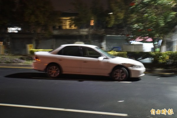 汽車右前方是撞擊點。(記者詹士弘攝)