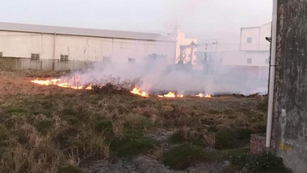 適逢二期作收割,農地燒稻草情形又開始出現。(民眾提供)