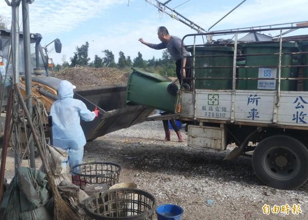 金門10日起禁止廚餘養豬,各鄉鎮公所將收運的廚餘,統一收集處理。(記者吳正庭攝)