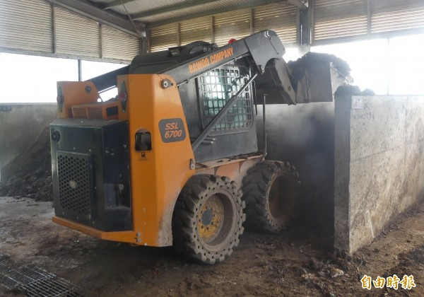 金門大洋堆肥場在向中央爭取經費進行廚餘場改善工程未完工前,先以傳統方式進行堆肥。(記者吳正庭攝)