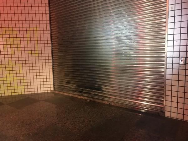 國民黨彰化縣黨部今晚被人破壞。(曹嘉豪提供)